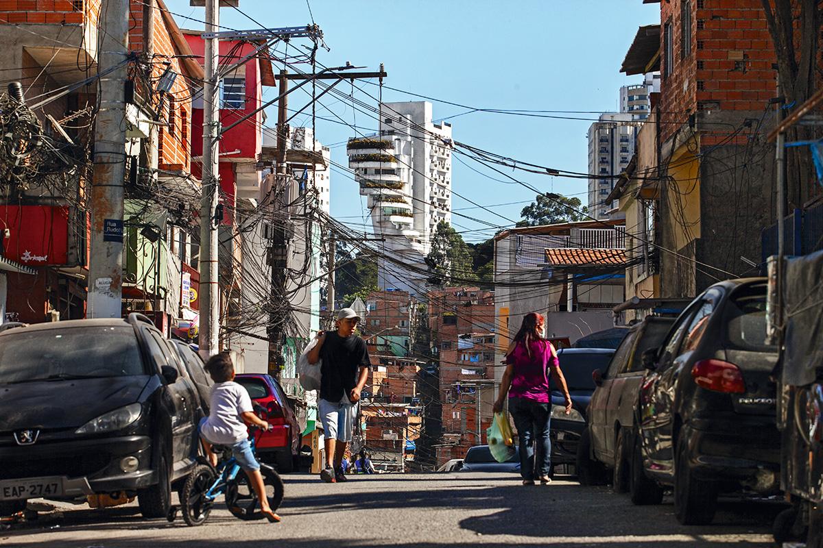 A favela paulistana de Paraisópolis e, ao fundo, um edifício de classe média: entre 2003 e 2015, os pobres melhoraram de vida à custa da classe média, e não dos 10% mais ricos