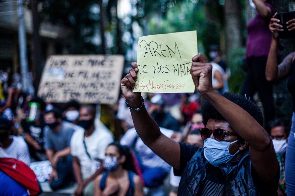 Manifestantes exibem cartazes no ato 'Vidas Negras Importam' em frente ao Palácio Guanabara, sede do governo do Rio