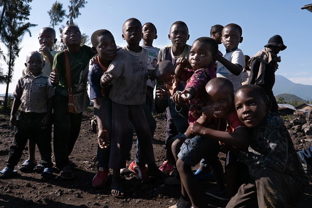 Crianças aguardam para serem vacinadas na periferia de Goma, depois de um novo caso de ebola ser registrado na cidade