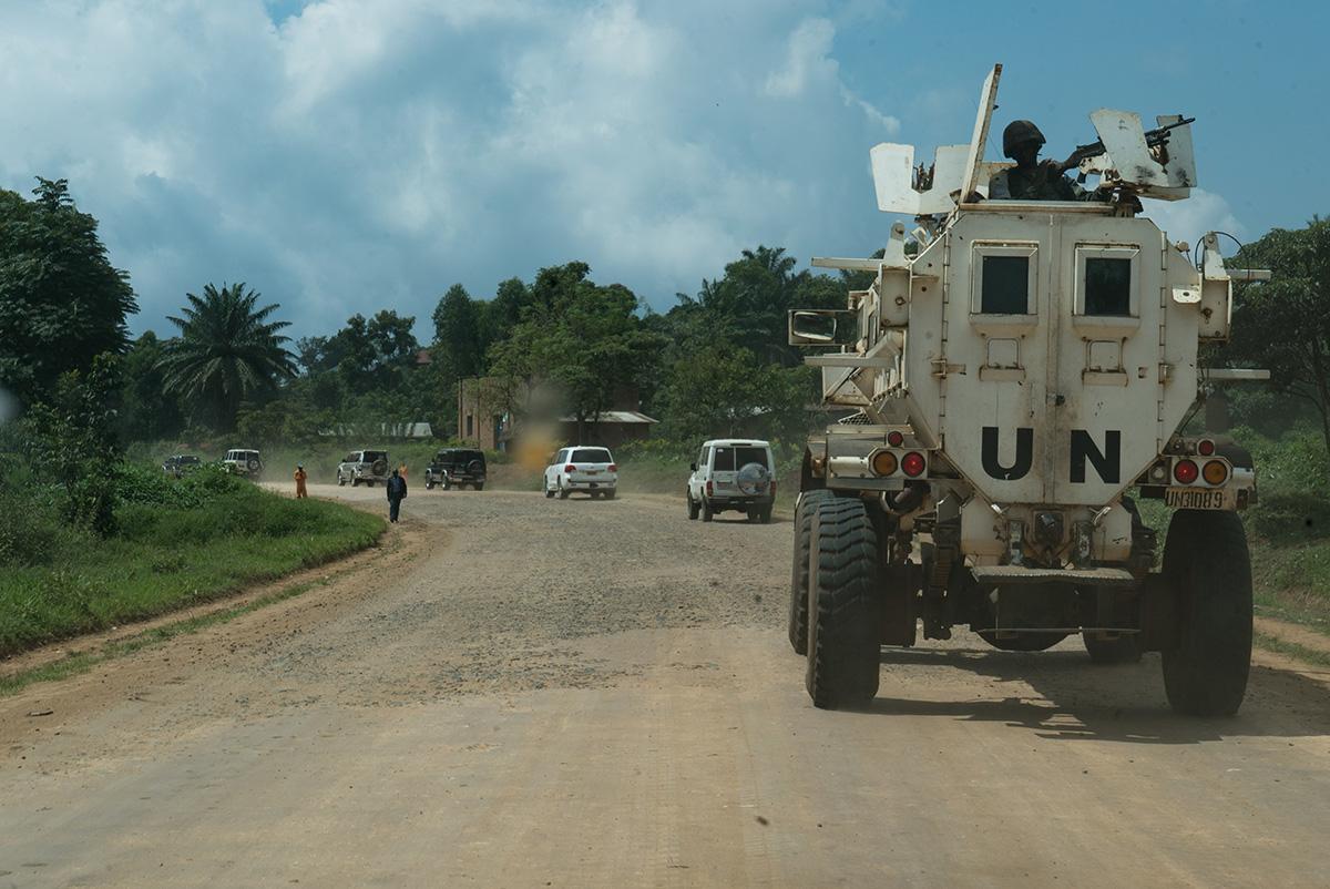 Comboio da Monusco (missão de paz da ONU no Congo) escolta equipes de saúde para atividades de rastreamento de casos e vacinação numa comunidade perto de Beni. A região tem forte presença de milícias armadas e as emboscadas são frequentes