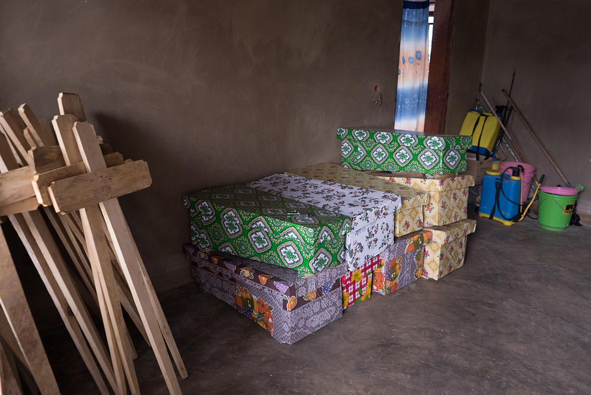 No complexo hospitalar de Beni há um espaço destinado ao funeral das vítimas do Ebola. Na foto estão alguns caixões para crianças – uma em cada três mortos nesse surto no Congo