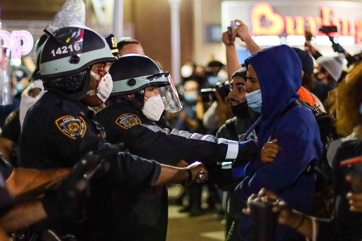 Policiais e manifestantes em Nova York –
