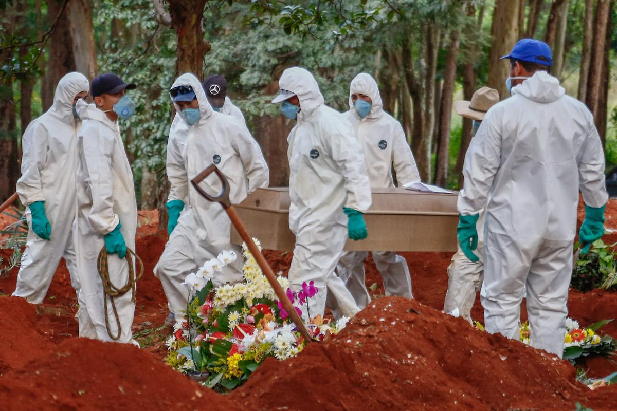 Funcionários em um cemitério na Zona Leste de São Paulo – Foto: Marcello Zambrana/AGIF via AFP