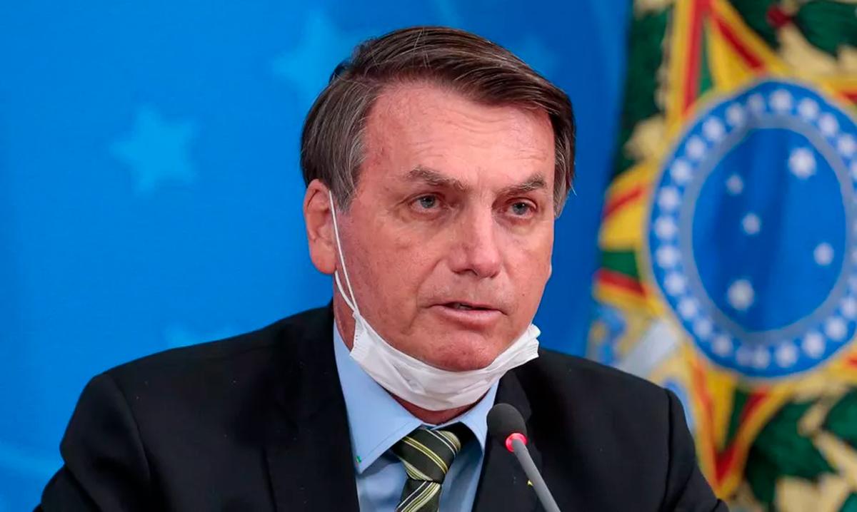 Preocupado, o ex-cachorro presidencial Augusto Bolsonaro voltou a pular o muro de sua casa, dessa vez para ir atrás de uma cartela de cloroquina