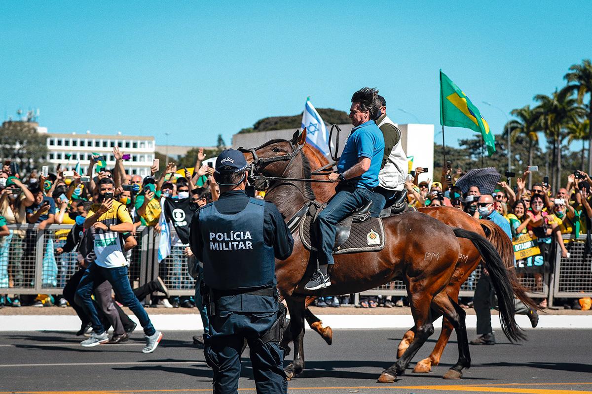 """Bolsonaro, cavalgando em Brasília, nove dias depois da reunião do golpe: ao explicar como se inicia uma ditadura, Zero Três disse que é fundamental """"dissolver a Suprema Corte"""""""