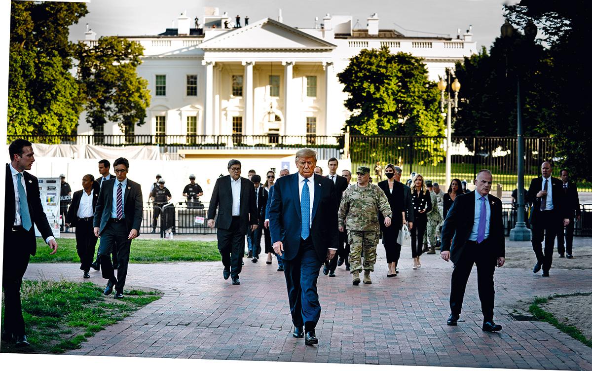 """Um caso exemplar de ruído e de correção: o general Mark Milley (de uniforme) acompanhou Trump num ato político, em Washington, e depois admitiu publicamente que cometera """"um erro"""""""