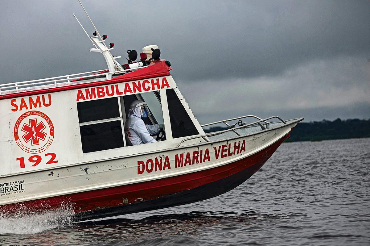 O barco-ambulância leva um paciente de Covid-19 para Breves: parte da população da zona rural contaminada prefere não se deslocar até a cidade e tenta se curar com remédios caseiros