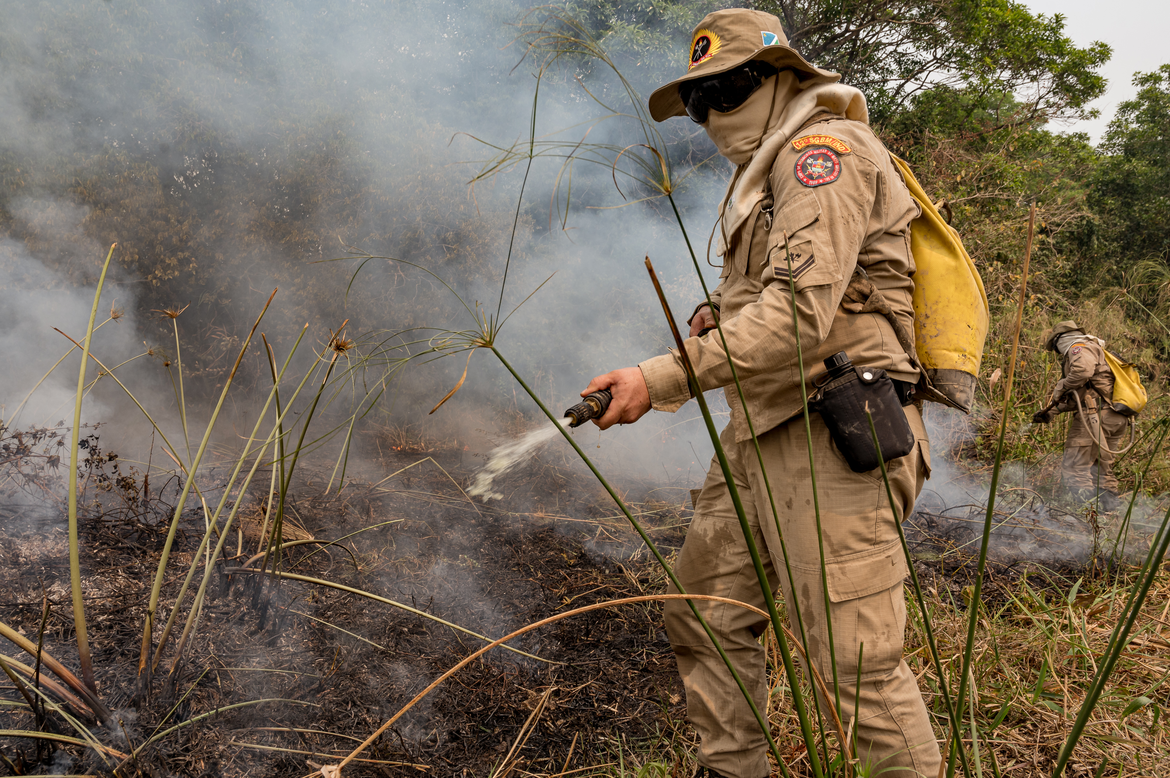Soldado combate foco de calor durante teste para uso do retardante em Mato Grosso.