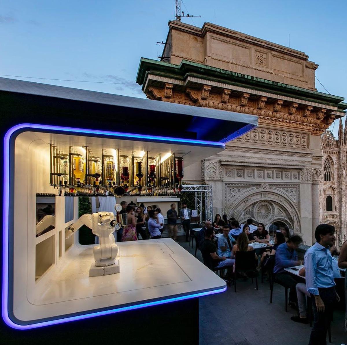 Bar em Milão que usa robôs para servir drinks: os novos hábitos de distanciamento pós-pandemia acirram noções individuais de privacidade e isolamento dos corpos –