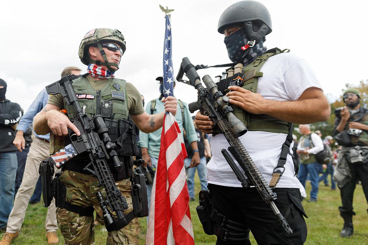 Participantes de movimento neofascista de extrema direita em manifestação pelo uso de armas em Portland, Oregon; Estados Unidos chegam à eleição mais armados do que nunca