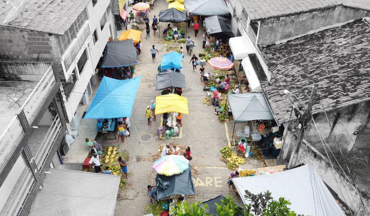 Feira Livre de Maragogi / Crédito: Intervenção de Camille Lichotti sobre foto do Laboratório de Estatística e Ciência de Dados da Universidade Federal de Alagoas (UFAL)