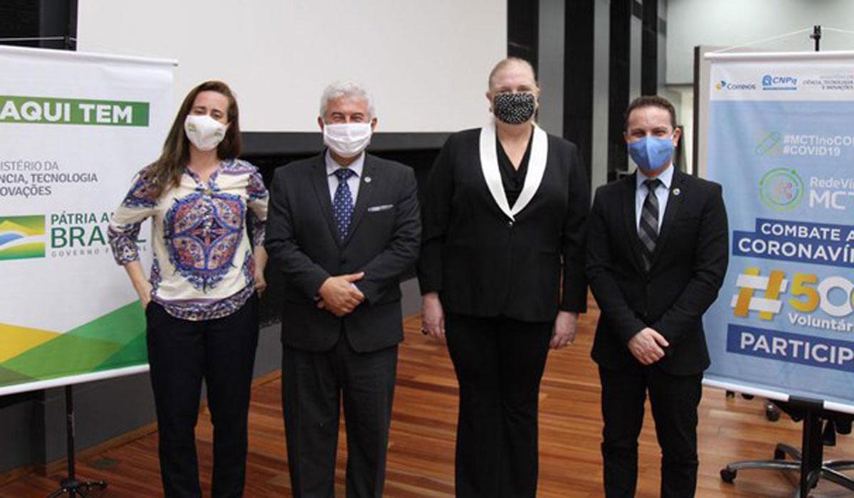Da esquerda para a direita, a assessora Christiane Corrêa e o ministro Marcos Pontes ao lado de participantes de evento no Ministério da Ciência e Tecnologia: sociedade chegou ao governo –