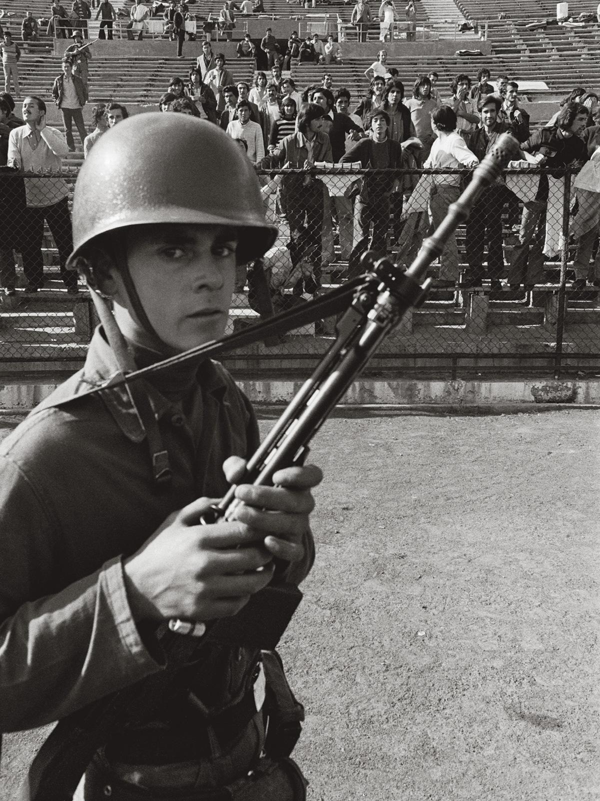 """A guarda armada no Estádio Nacional, em setembro de 1973: na cooperação dos porões, a ditadura brasileira ofereceu """"toda a assistência que for possível e que venha a ser solicitada"""""""