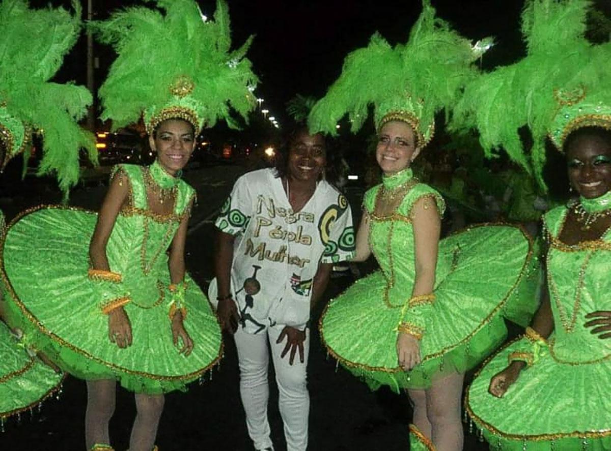 Neire ao lado das passistas da escola de samba –