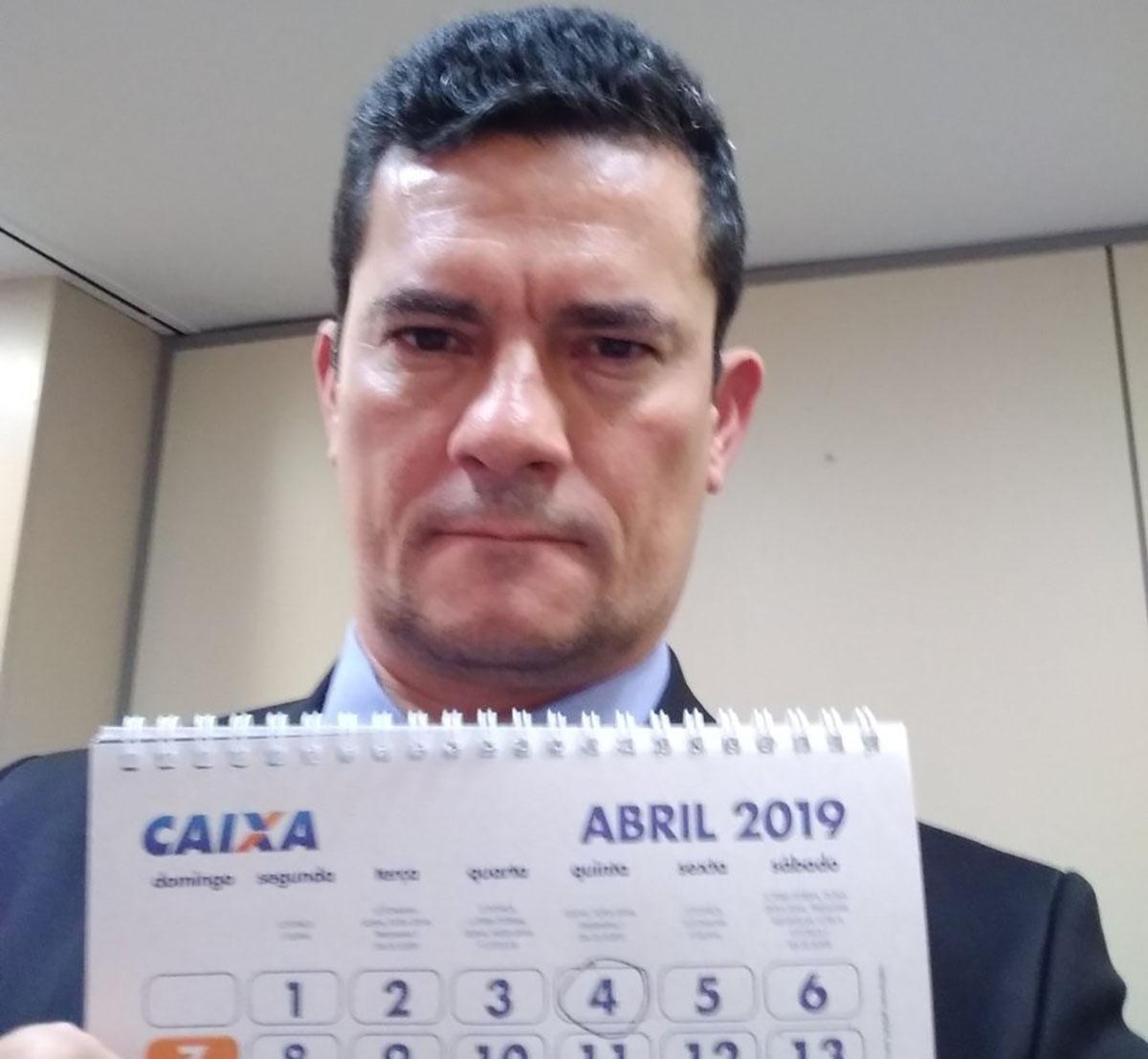 Moro exibe calendário com a data de leilão de sua vaga de padrinho de casamento de Carla Zambelli