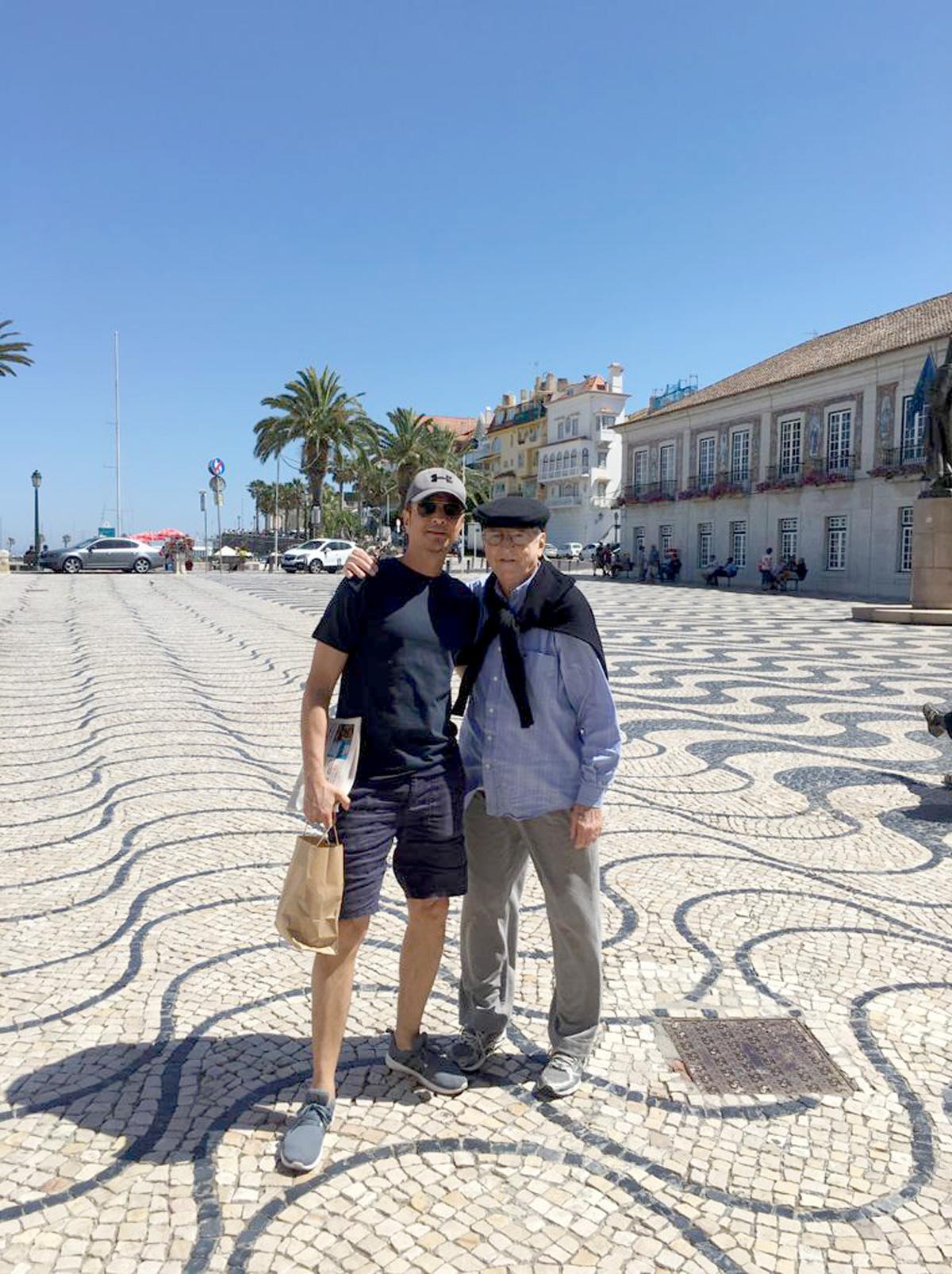 Mauricio e o pai na última viagem que fizeram juntos, em junho de 2016, a Cascais, em Portugal –