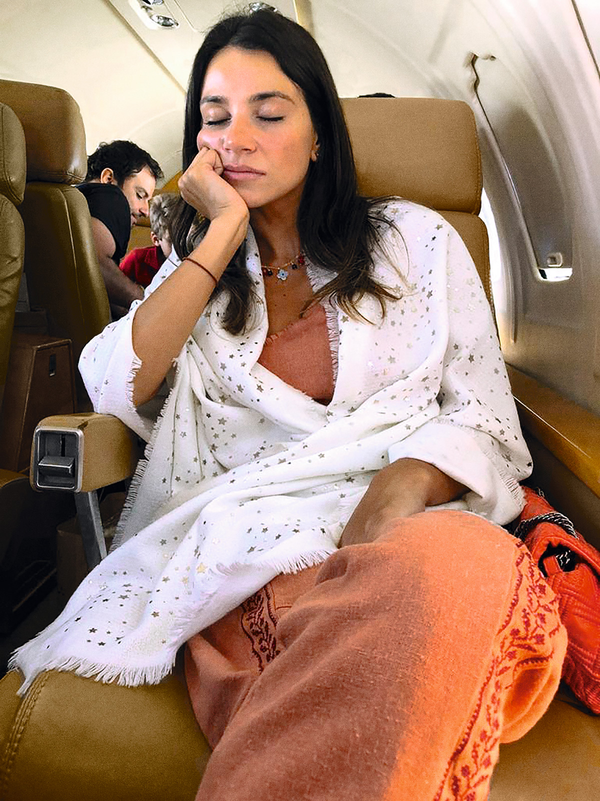 Marie Cavelan, em foto tirada pelo namorado, Marcelo Constantino, durante o trágico voo para o litoral da Bahia; ao fundo, vê-se Tuka Rocha conversando com o garoto Eduardo