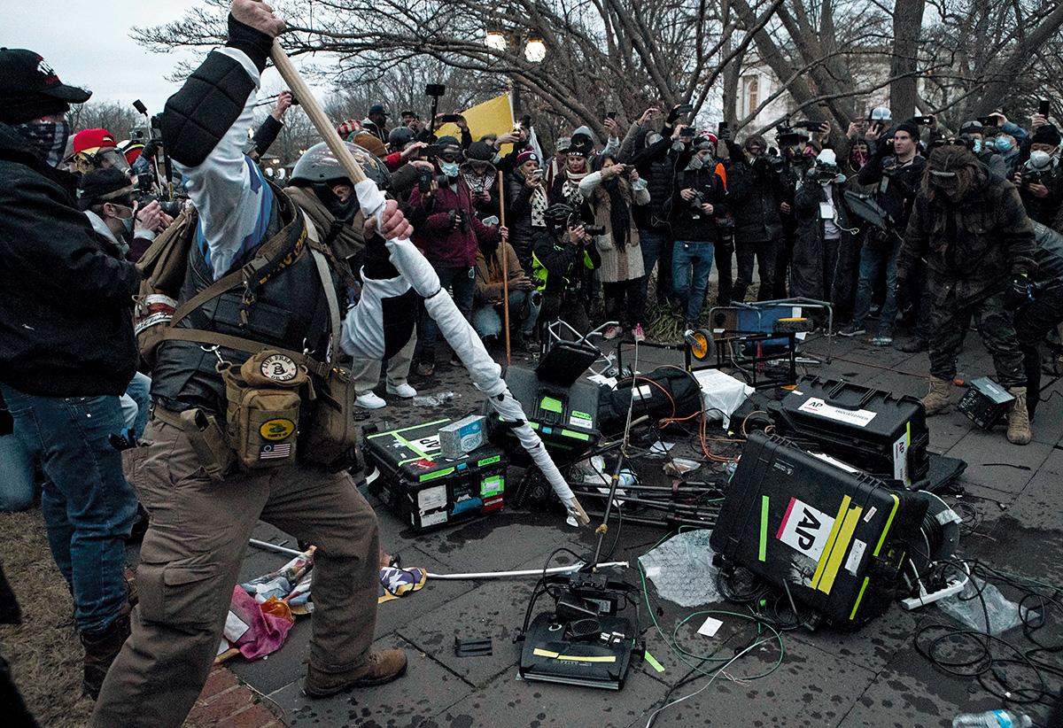 """Trumpistas destroem equipamentos da imprensa perto do Capitólio, no dia da invasão: """"O edifício em que estávamos havia sido fechado por três horas, o serviço de metrô interno também tinha sido suspenso – tudo para evitar que os manifestantes chegassem até nós, jornalistas"""""""