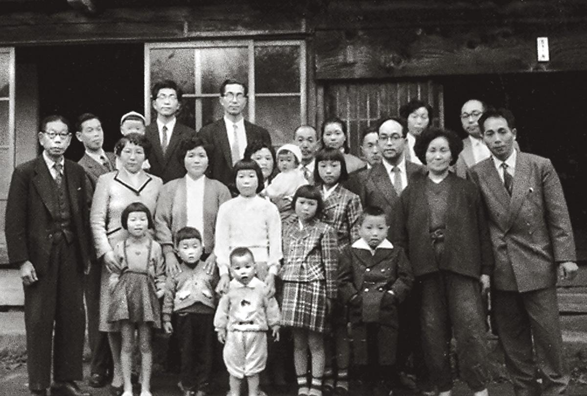 A família Kasai, nos anos 1950 (o bebê no colo é Tokiko, o menino de branco na frente é Junichi): a cidade de Namie das fotos da família não existe mais, destruída pela tripla tragédia