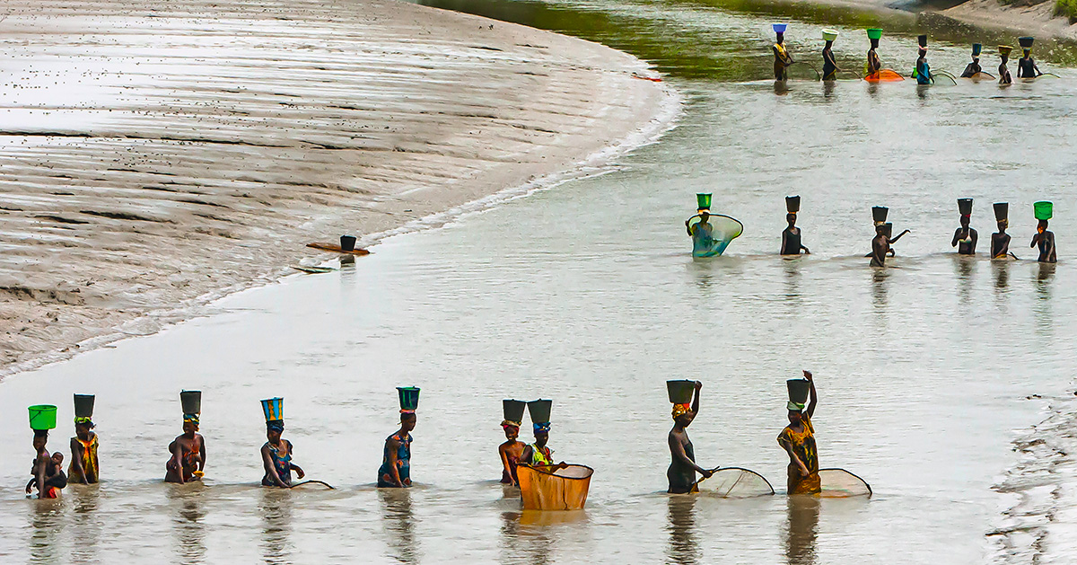 """Mulheres no Rio Gebo, na Guiné-Bissau: """"De meu posto de observação, recolhi do momento o que ele tinha de essencial – a paz que ali reinava. Antecedia em séculos à chegada do estrangeiro e colonizador, que mais adiante desembarcaria com projetos de dominação"""""""
