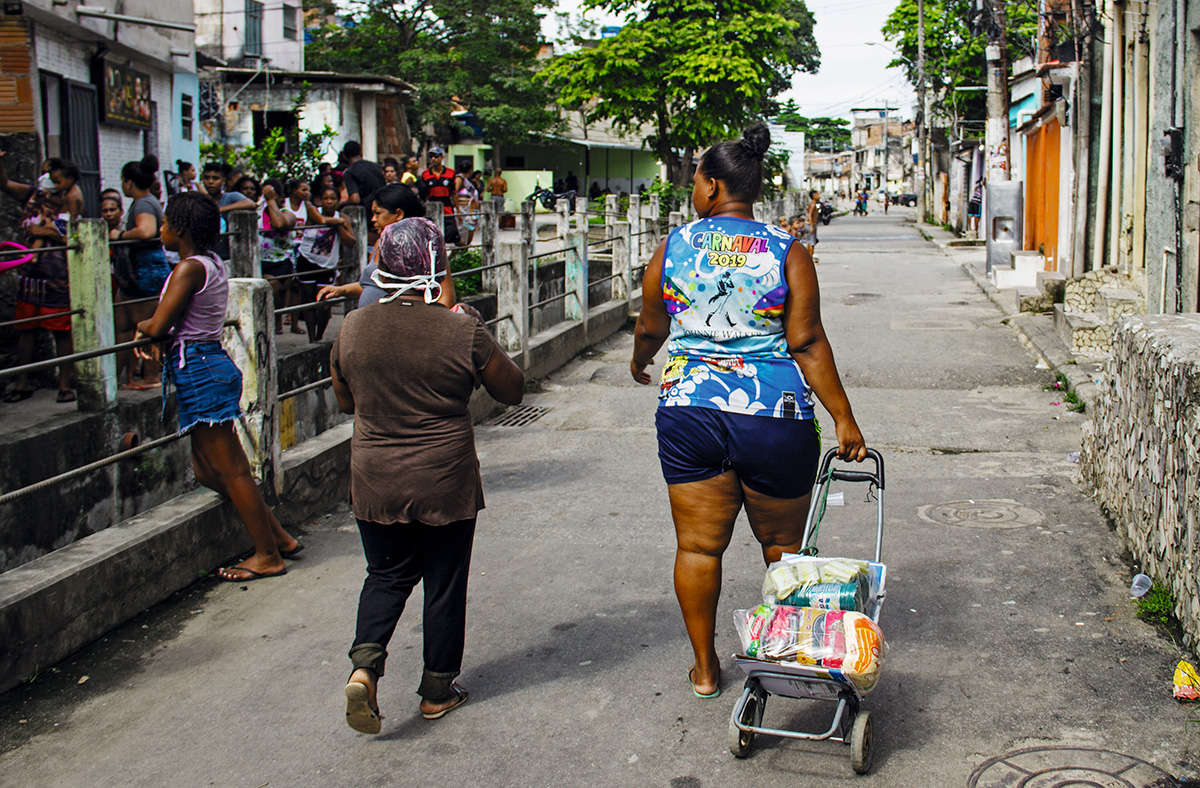 """Fila para receber cesta de alimentos no Complexo de Acari, na Zona Norte do Rio: """"Uma mulher fez questão de nos mostrar o que tinha no seu armário de comida – apenas farinha de mandioca e sal"""", contou Buba Aguiar, do Coletivo Fala Akari"""
