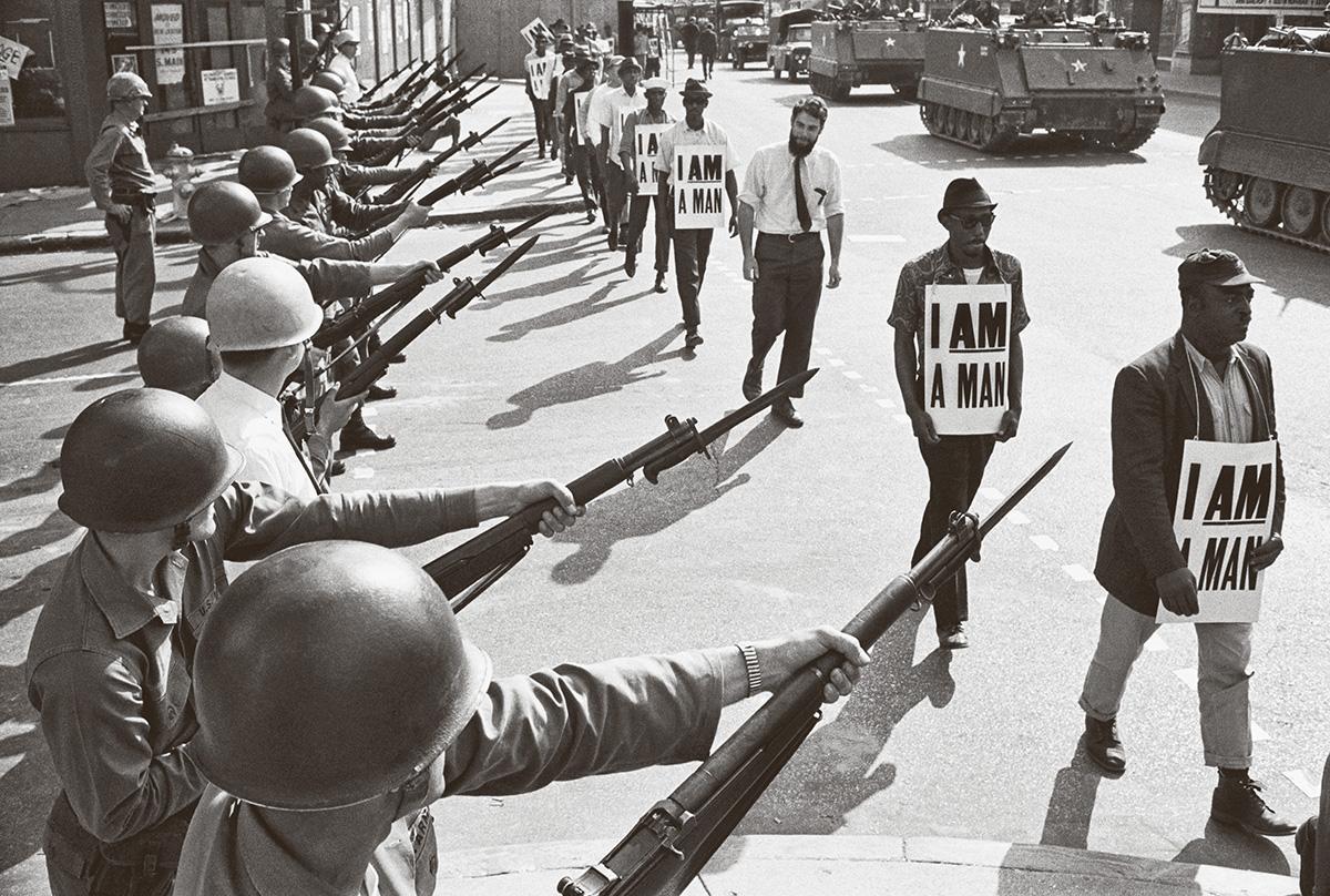 """Ativistas de direitos humanos em Memphis, no Tennessee, em 1968: os norte-americanos tinham criado uma definição de raça que não seguia a lógica nem a ciência, com uma abordagem que um nazista definiu como """"construção política da raça"""""""