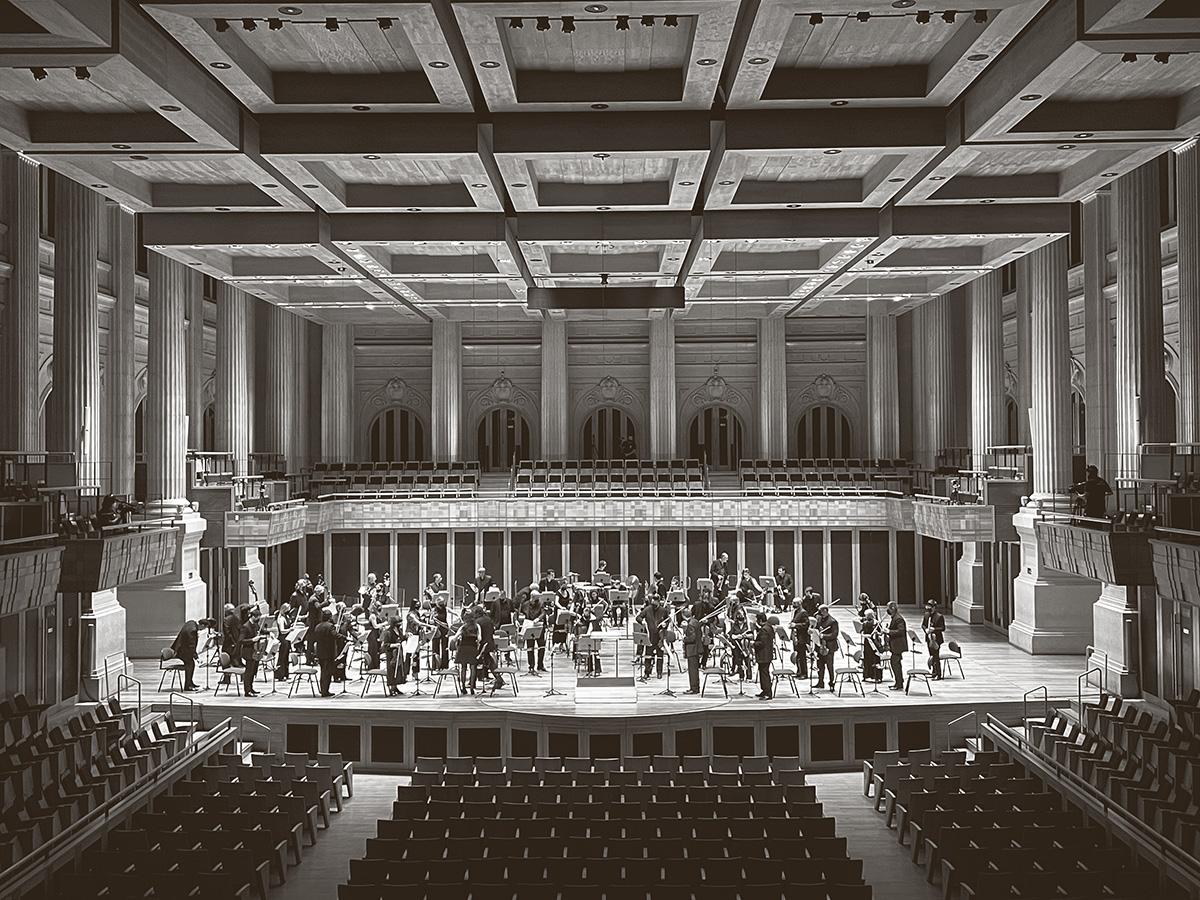 A Osesp após concerto regido por Thierry Fischer em 5 de março passado, na véspera do novo fechamento da Sala São Paulo: para muitos, a orquestra encarna ideais de vida comunitária que parecem cada vez menos reais
