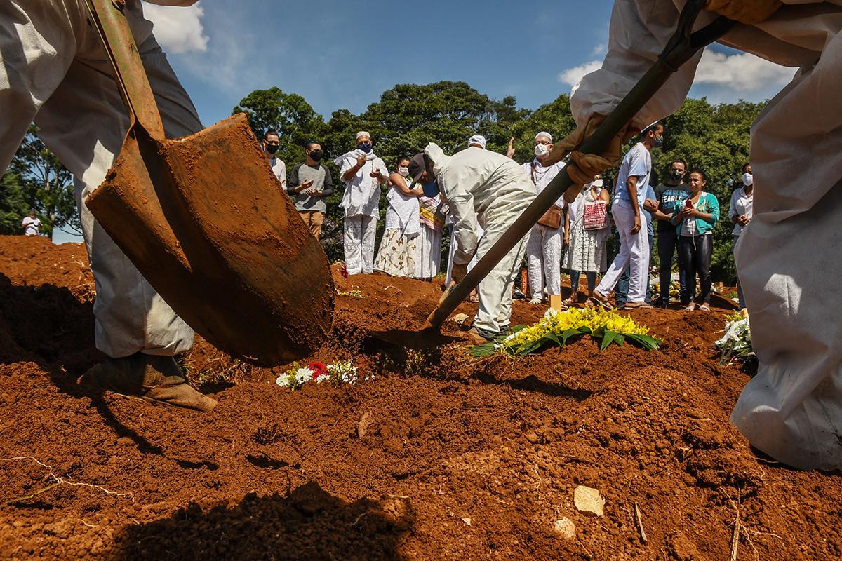 Sepultadores trabalham no cemitério de Vila Formosa, na capital paulista.