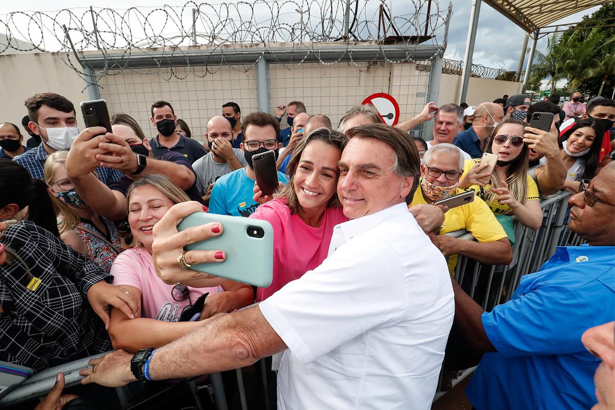 Bolsonaro cercado de apoiadores em Uberlãndia: a cidade, como o Brasil, vive o colapso –