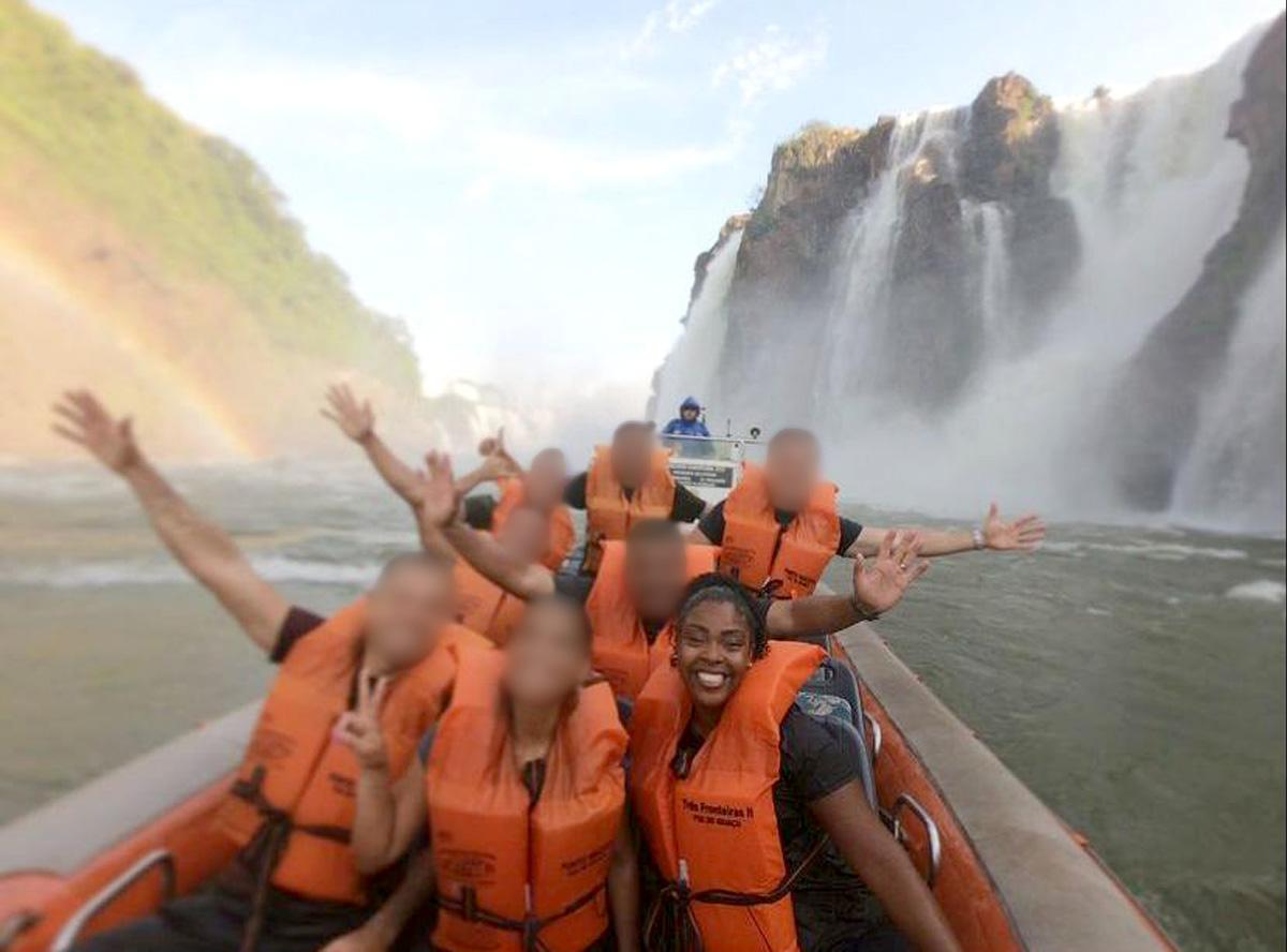 Sargento Marcelle Marques e outros integrantes do GSI em passeio nas Cataratas, durante viagem oficial a Foz do Iguaçu
