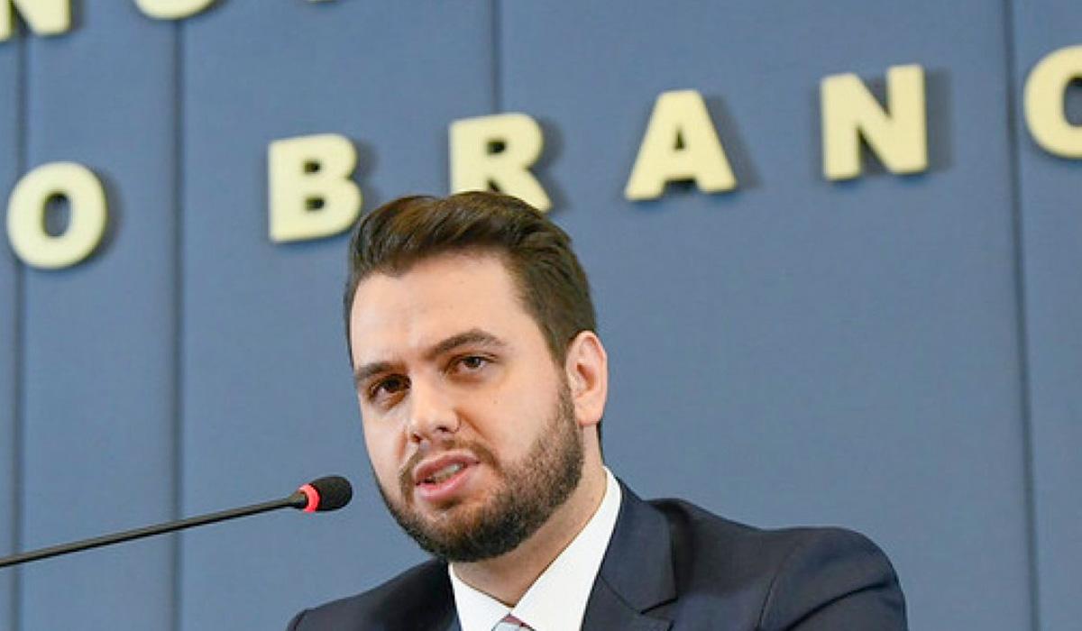 Para tentar escapar de uma possível eliminação, o ministro do Meio Ambiente, Ricardo Salles, anunciou a contratação dos participantes do BBB, Caio e Rodolffo, também conhecidos como Agro & Tóxico.