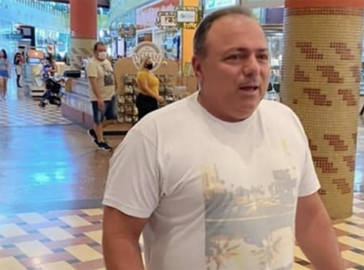"""""""Onde compra isso?"""", respondeu o ministro Pazuello ao ser informado que caminhava por um shopping center sem vergonha na cara"""
