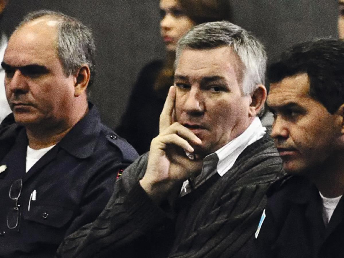 O ex-major da PM Sérgio Roberto de Carvalho (ao centro) durante julgamento em Campo Grande (MS), em 2011: a Polícia Federal prendeu 45 pessoas da quadrilha do traficante, mas ele escapou