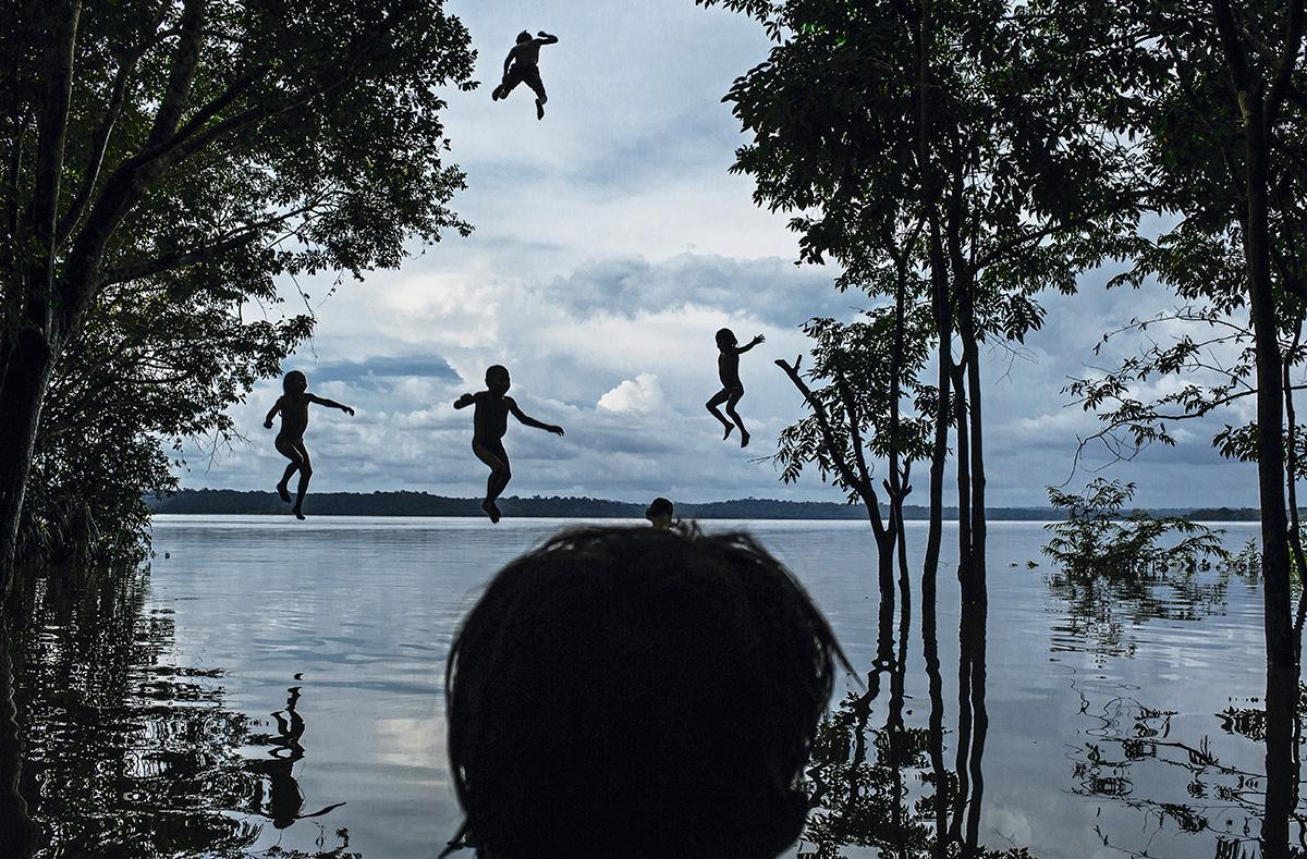 """Meninos brincam no Rio Tapajós, no Pará, na Terra Indígena Sawré Muybu, dos mundurukus: pesquisa da Fiocruz encontrou o maior nível de mercúrio numa criança de 10 anos. """"Pode haver o comprometimento de uma geração inteira de pessoas que vivem na Amazônia"""", afirmam os pesquisadores"""