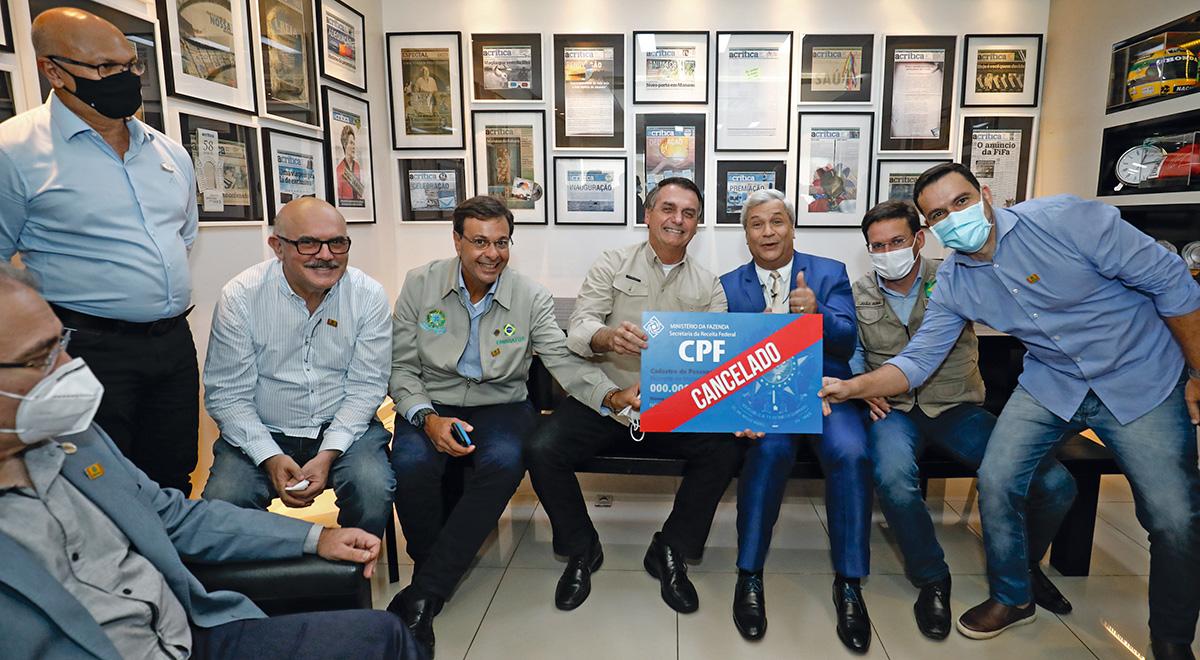 Bolsonaro, ao lado de Sikêra, com a placa escrita no idioma miliciano: constrangido na Cúpula do Clima e pandegueiro no Alerta Nacional