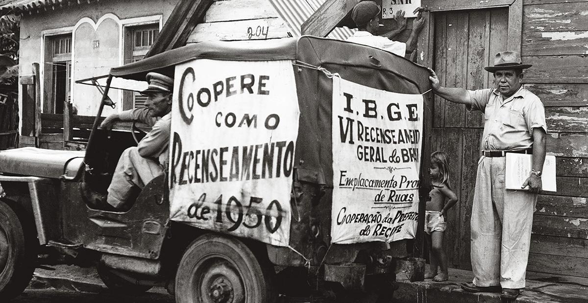 Carro em Recife pede a colaboração no recenseamento de 1950: o IBGE, que realiza o Censo, está ficando para trás em relação a alguns de seus pares na América Latina, como os do México e da Colômbia, que têm lançado pesquisas inovadoras para mapear aspectos relevantes da sociedade