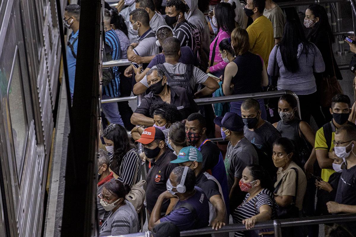 Passageiros em plataforma lotada na estação Sé, da linha vermelha do metrô de São Paulo