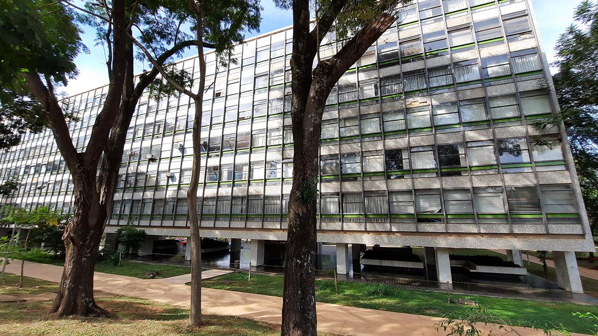 O bloco L da superquadra norte 402 em Brasília, está desativado desde 2017 devido a trincas nas vigas e lajes. Foto: Marcos Amorozo.