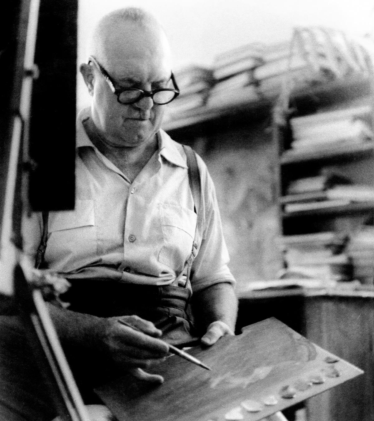 Guignard em seu ateliê na casa do amigo Santiago Americano Freire: o pintor costumava assaltar a geladeira de madrugada, em busca de pudins e arroz-doce, sua sobremesa predileta
