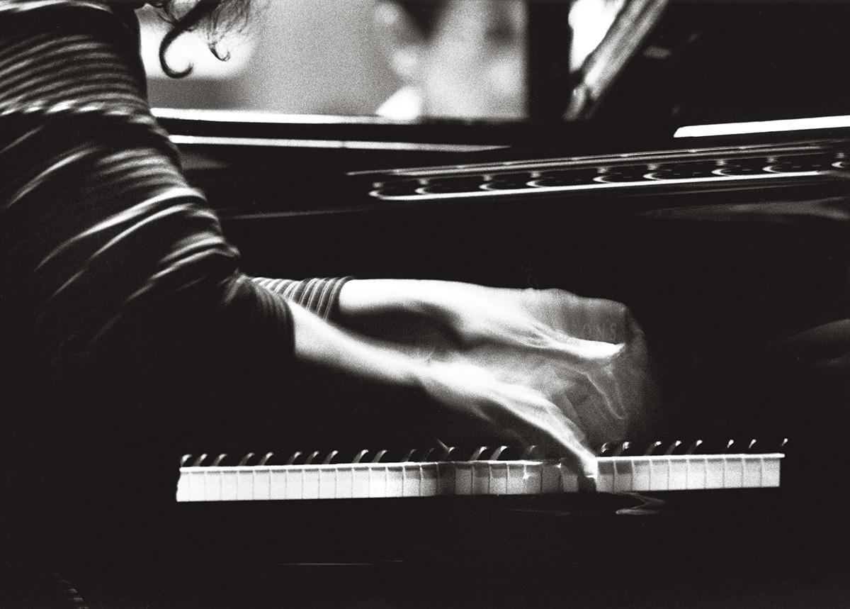 Martha, durante um concerto na Academia de Santa Cecília, em Roma, em 1998: seus dedos, que parecem articulados de maneira diferente dos nossos, se divertem, cabriolam, saltarelam