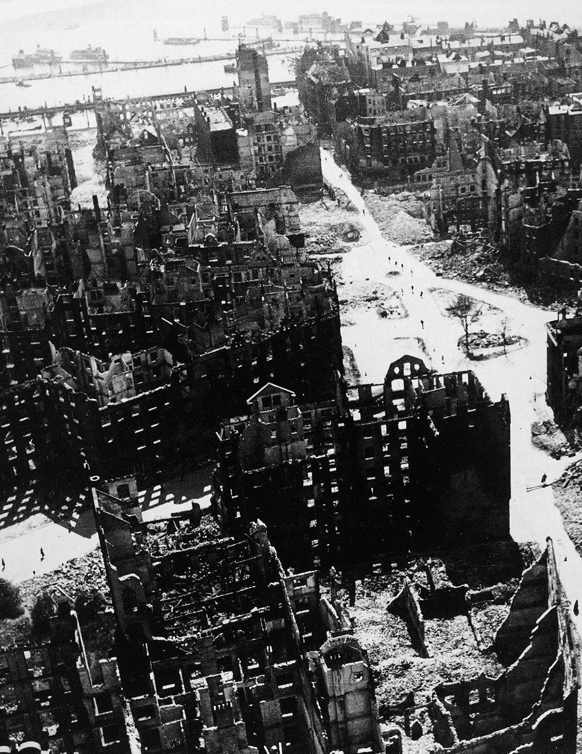 Hamburgo em agosto de 1943, um mês após bombardeios que transformaram a cidade em ruínas: a palavra podre degrada o espaço semântico, é o preâmbulo da ação violenta ou deletéria