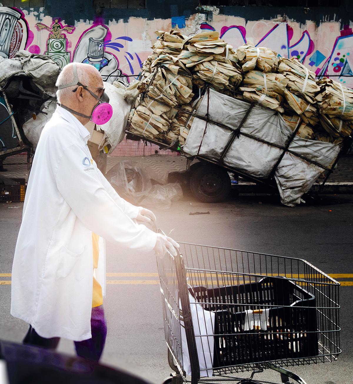 """O padre Lancellotti em ação: em 10 de outubro de 2020, às 14h15, seu celular tocou e um homem se identificou. """"Papa Francesco."""" Admirado, o pároco soltou um animado """"Santità!!"""""""