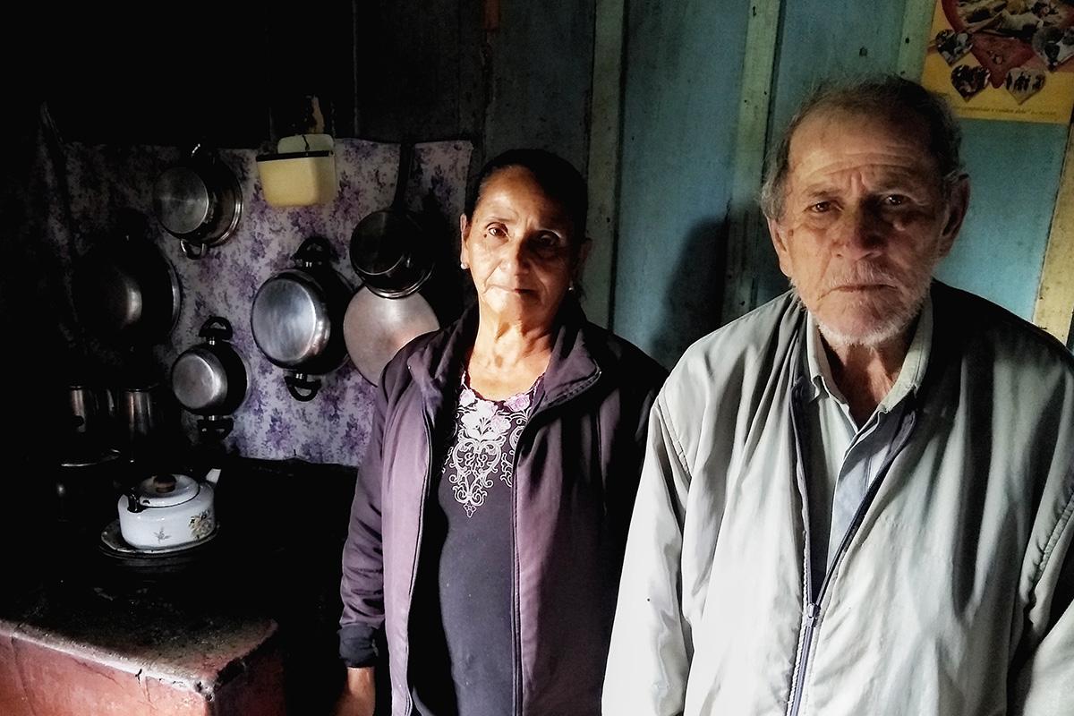 """Ivete e José Garcia Franco diante do fogão: """"Se não for lenha não tem como fazer comida todo dia"""", diz o aposentado"""