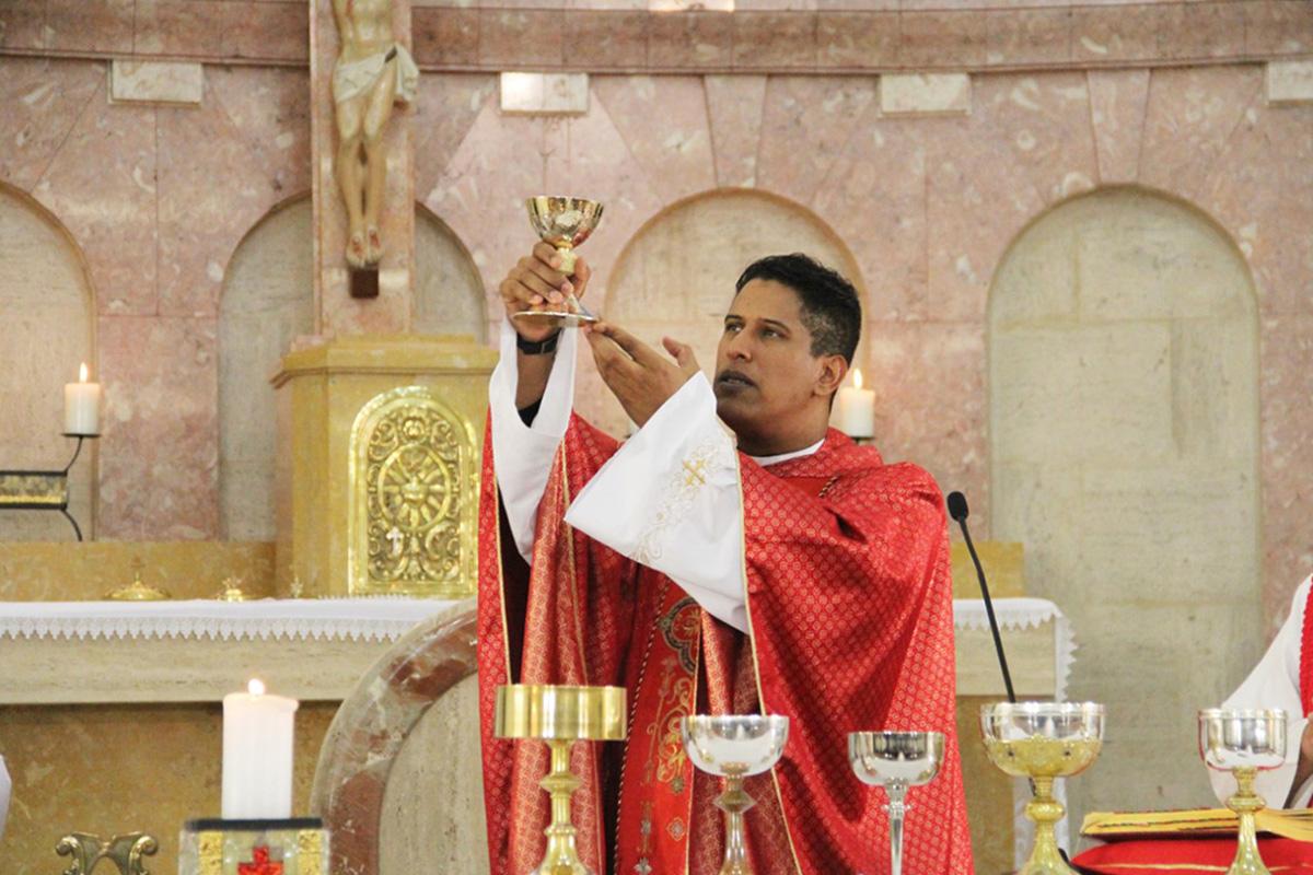 O padre Marcos de Miranda quando ainda celebrava missas –
