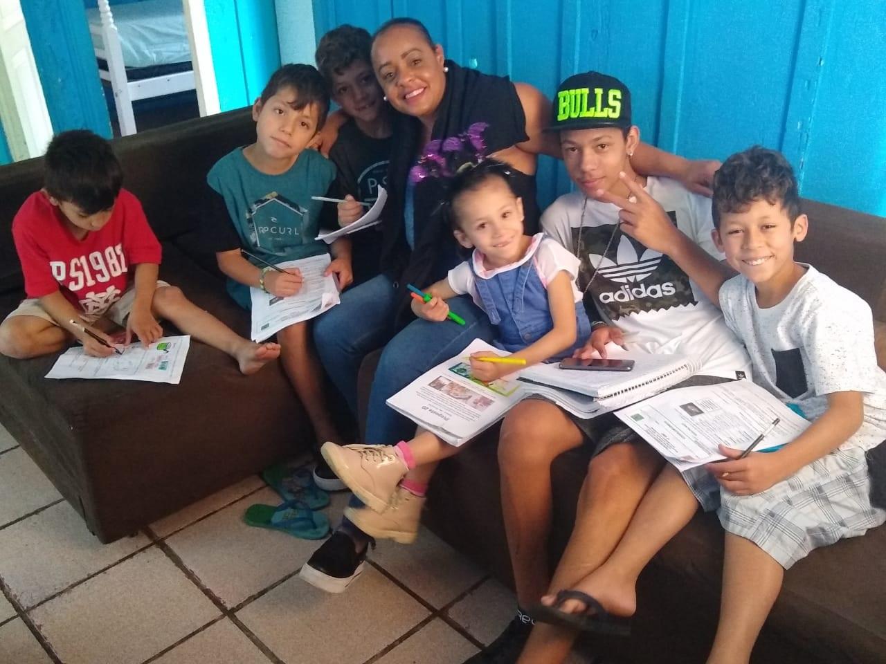 Joice Souza e os filhos estudando na sala de casa