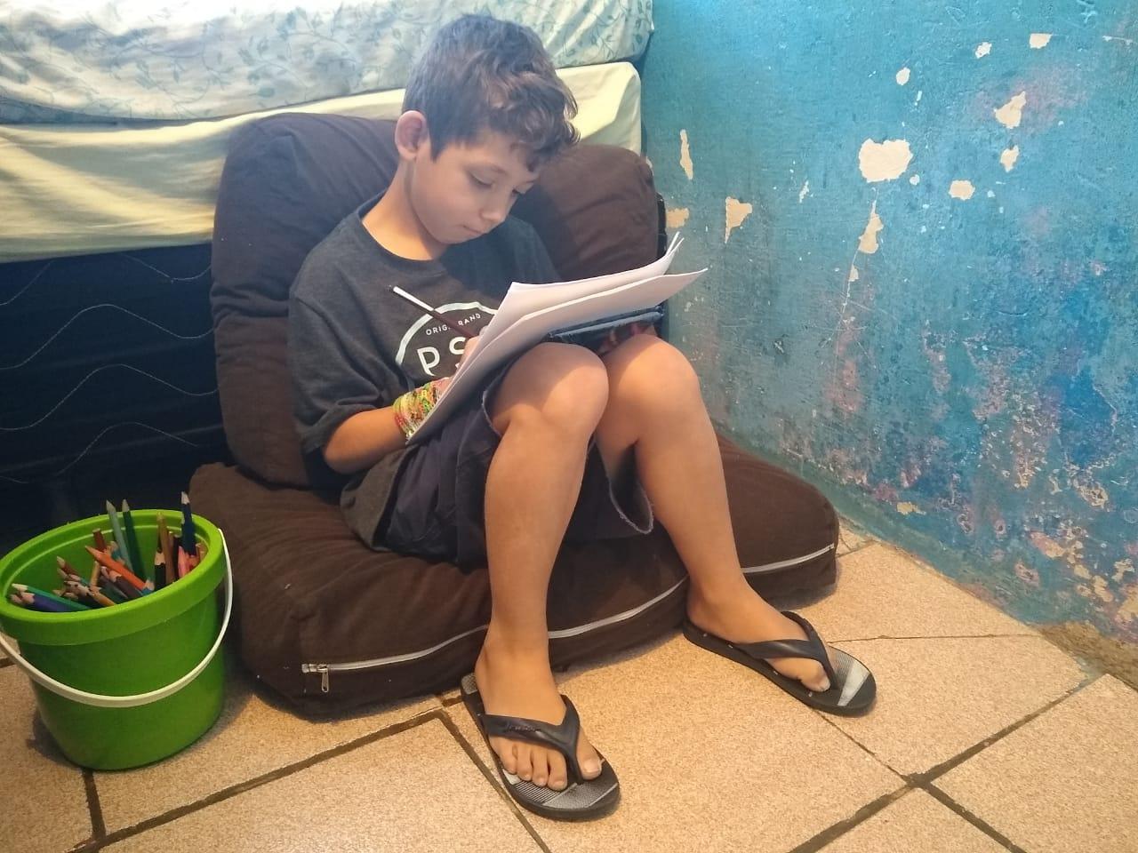 Kaik fazendo a tarefa: dificuldades com o dever de português