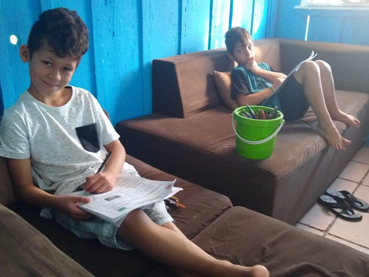 Os gêmeos Wallison e Marcos Matheus: dificuldades para ler e escrever