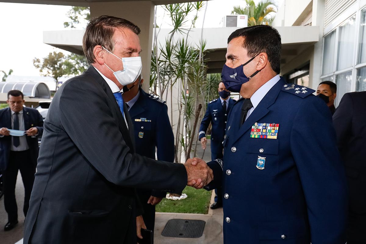 Bolsonaro cumprimenta o comandante da Aeronáutica, tenente-brigadeiro do ar Carlos de Almeida Baptista Junior –