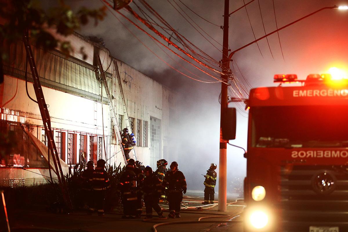 Bombeiros combatem chamas no galpão da Cinemateca –