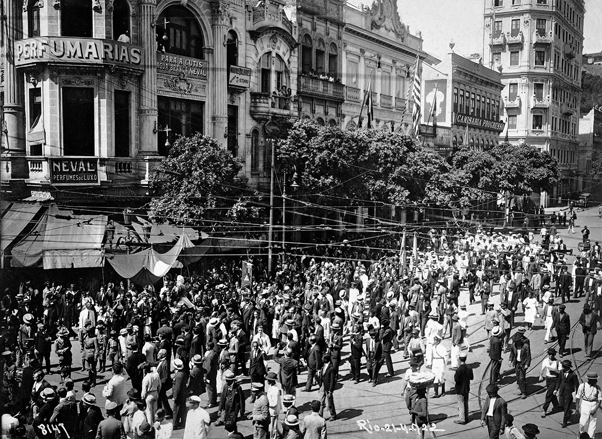 Cortejo em homenagem a Tiradentes, em 1922, na Rua da Carioca: nessa via no Centro do Rio, quase cem anos depois dessa fotografia, ocorreria uma debandada de locatários após a venda de imóveis numa enrascada operação imobiliária